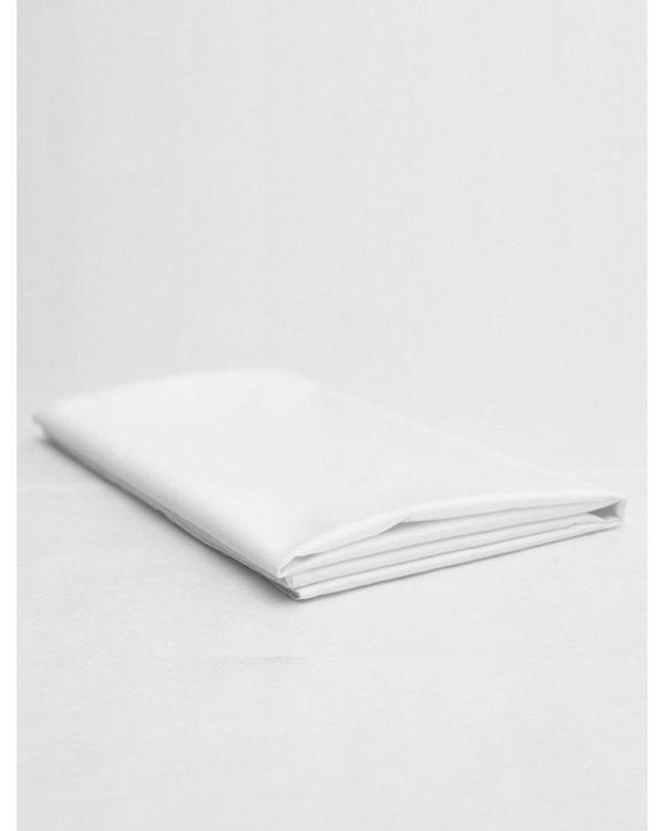 Valkoinen väri on tyylikäs ja ajaton valinta lastenhuoneen sisustukseen. Valkoinen lakana luo raikkaan tunnelman pienen sänkyyn ja vauvan on helpompi rauhoittua nukkumaan. Baby Wallabyn lakana on ylellistä ja pehmeää puuvillasatiinia, jossa on kaunis silkinhimmeä kiilto.