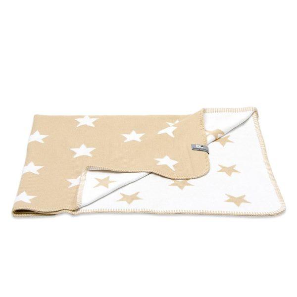 Baby's Only on tunnettu tyylikkäistä vauvanpeitoistaan, jotka pysyvät kauniina ja siistinä pitkään. Star -sarjan kaunis tähtikuvioinen torkkupeitto on suloinen vauvanhuoneessa ja sen alle vauva on ihana peitellä suloisille unille! Viltti on käännettävä: toiselta puoleltaan se on valkoinen värillisillä tähdillä ja toisella puolella tähdet ovat valkoisia ja pohjaväri on viltistä riippuen joko vaaleanharmaa tai beige.