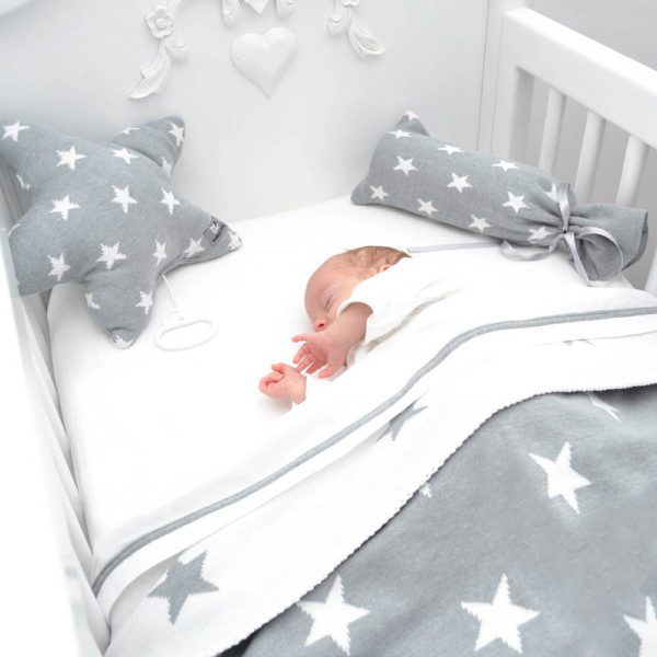 Baby's Only Tähti on kevyt torkkuviltti vauvalle. Baby's Only on tunnettu tyylikkäistä vauvanpeitoistaan, jotka pysyvät kauniina ja siistinä pitkään. Star -sarjan kaunis tähtikuvioinen torkkupeitto on keveä ja mukava valinta vauvan unille.