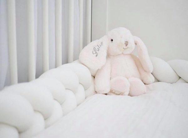 Bukowski Lovely Kanini pehmopupu lahjalaatikossa, valkoinen Silkkisen sileä, suloistakin suloisempi Bukowski pupu on yksi kauneimpia vaaleansävyisiä pehmoleluja. Tästä tulee vauvan suosikki ja leikki-ikäisen lapsen hyvä kaveri. Pehmopupu sopii sekä halikaveriksi että lastenhuoneen sisustukseen. Voit tilata pupun myös lapsen omalla nimellä nimikoituna.