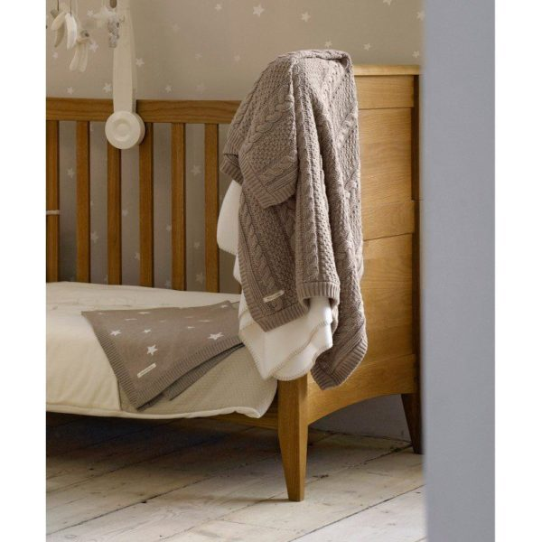 Mamas&Papas kudottu palmikkopeitto. Tämä ajattoman kaunis viltti on klassinen valinta vauvanhuoneeseen. Peiton tyylikäs harmaanbeige väri sopii moneen sisustukseen. Vilttiä voi käyttää torkkupeittona, pinnasängyssä tai vauvan makoilualustana lattialla.