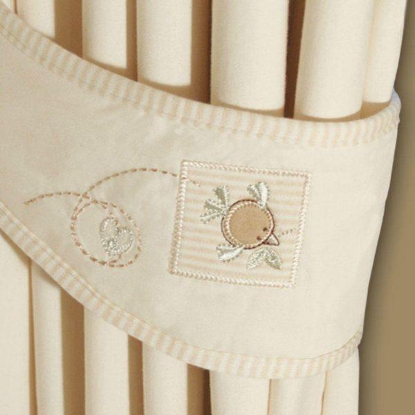 Luonnonvalkoiset lenkkiverhot tuovat kodikkuutta lastenhuoneeseen ja vähentävät huoneessa syntyvää kaikua. Natures Purest verhot ovat 100% luomulaatuista puuvillaa ja pakkaus sisältää myös pienemmät lenkit, joissa on suloiset käsinkirjaillut yksityiskohdat. Näillä lenkeillä verhot voidaan kiinnittää kauniisti ikkunan sivuun.Natures Purest on sarja, joka sopii erittäin hyvin etenkin herkille ja allergisille lapsille, sillä kankaissa ei ole käytetty mitään torjunta-aineita ja puuvilla on värjätty täysin luonnollisin menetelmin.