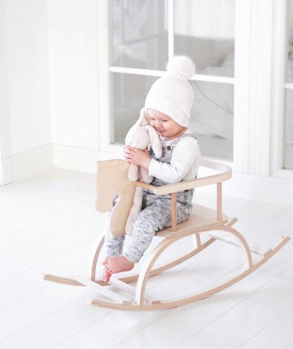 Petit Puk puinen keinuhevonen turvakaarella, natural. Tämä on samaan aikaan klassisen kaunis ja tyylikäs keinuhevonen! Keinuhevonen on suosittu elementti lastenhuoneessa, sillä siitä on paljon iloa leikki-ikäiselle lapselle. Lapset rakastavat keinumista ja turvakaarella varustetun hevosen kyydissä pysyy pienempikin keinuja. Keinuminen kehittää lapsen motoriikkaa ja kehonhallintaa kokonaisvaltaisesti. Petit Puk keinuhevonen on suunniteltu niin, että lapsen on mukava istua siinä luonnollisessa asennossa. Jalat tulevat eteen ja pienetkin kädet saavat hyvän otteen edessä olevasta tangosta.
