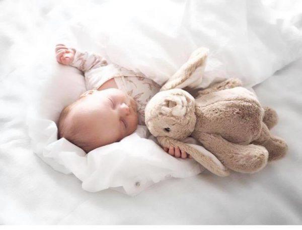 Bukowski Lovely Kanini beige pehmopupu. Silkkisen sileä, suloistakin suloisempi Bukowski pupu on yksi kauneimpia vaaleansävyisiä pehmoleluja. Tästä tulee vauvan suosikki ja leikki-ikäisen lapsen hyvä kaveri. Pehmopupu sopii sekä halikaveriksi että lastenhuoneen sisustukseen. Pupu on pehmoinen ja hyvin syliin sopiva, mutta pysyy helposti myös istuma-asennossa hieman painavampien tassujensa ansiosta. Näin sen voi nostaa kauniisti hyllyn reunalle tai lipaston päälle.
