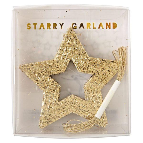 Tähtiviirisetti, kultaiset tähdet 42 kpl. Kaunis ja kimmeltävä glittertähtisetti koostuu kolmesta erikokoisesta tähtiviiristä, jotka voit ripustaa esille samaan aikaan. Tähtiä pakkauksessa on yhteensä 42 kappaletta ja mukana on kimmeltävää kultanauhaa.