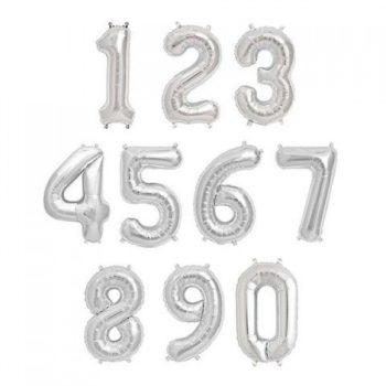 Puhallettavat hopeiset folioilmapallot, numerot 0-9. Upeat, korkeat numerot, joista voit muodostaa lapsen iän banneriksi koristamaan juhlapäivää! Puhalla pallot täyteen ja ripusta helposti roikkumaan valmiista pienistä rei'istä.