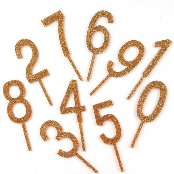 Kakku ja kynttilöitä puhaltava tuikkivasilmäinen pieni -nämä hetket jäävät perhealbumiin! Kaunis kakku on juhlapöydän kruunu. Näillä kimmeltävillä numerokoristeilla saat synttärisankarin iän kakun päälle joka vuosi, sillä paketissa kaikki numerot ovat tuplana (yhteensä 20 kappaletta).