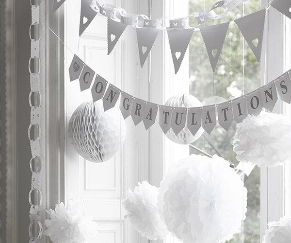 Valkoinen sydänviiri satiininauhalla. Viirit ovat upea tapa lisätä juhlan tuntua syntymäpäiville tai vauvajuhliin! Viirin voit kiinnittää tarjoilupöydän etuosaan, ripustaa ylös seinälle tai ikkunaan. Tämä herkkä viiri sopii tunnelmaltaan kauniisti myös osaksi ristiäiskoristelua. Puhtaanvalkoisessa viirinauhassa on pyöristetyt piparkakkureunat ja sydämenmuotoinen aukko alhaalla. Ajattoman ilmeensä ansiosta viiri näyttää upealta myös lastenhuoneen sisustuksessa!