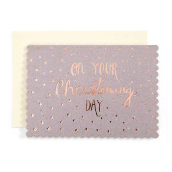 """Mamas&Papas ristiäiskortti. Kaunis kiiltäväpintainen kortti, jossa """"On Your Christening Day"""" -teksti ruusukultaisella folioinnilla painettuna. Kortti on väriltään harmahtavan violetti. Sisäpuolelta kortti on valkoinen ja tekstitön."""