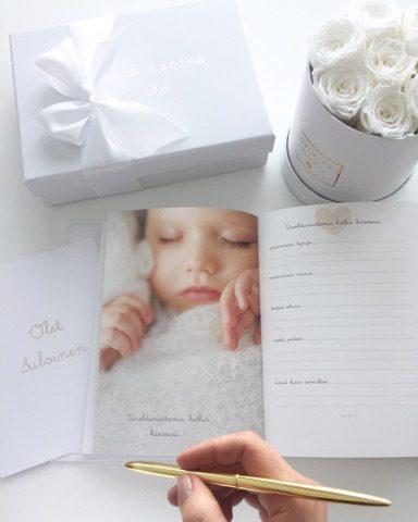 """Vaaleansävyiseen Suloinen tarina sinusta- vauvakirjaan voit kirjoittaa ylös rakkaimmat muistot ja pienimmätkin yksityiskohdat raskausajasta aina 2 ikävuoteen saakka. Tässä kirjassa on noin 200 sivua ja siihen on jätetty paljon tilaa tarinoille ja vauvakuville. Värityksensä puolesta tämä kirja sopii sekä pojalle että tytölle. Kirjan valkoisessa kannessa on kultainen """"Suloinen tarina Sinusta"""" -painatus. Tämä on oikea kirja sinulle, jos haluat saada muistot vauva-ajalta kauniisti talteen, mutta että et halua itse askarrella ja leikellä. Tämä kirja sopii myös sinulle, jonka vahvin osaamisalue ei ole kirjoittaminen -kirja ohjaa sinua kirjaamaan ylös jokaisen oikeasti tärkeän asian vauva-ajasta ja lapsen leikki-iästä, ettei mikään tärkeä unohdu vahingossa."""