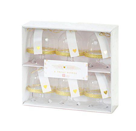 Minikakkukupu -setti kultaisilla yksityiskohdilla 6 kpl. Tässä herkän suloisessa setissä on 6 kpl minikokoista kakkukupua, jonka sisälle voi laittaa kauniisti esille pienet herkut: minicupcake-leivokset, konvehdit tai vaikka vaahtokarkit! Kakkukuvun päällä on pahvinen kortti, johon voit kirjoittaa ylös juhlavieraan nimen. Ihana yksityiskohta juhlapöydän kattauksessa!
