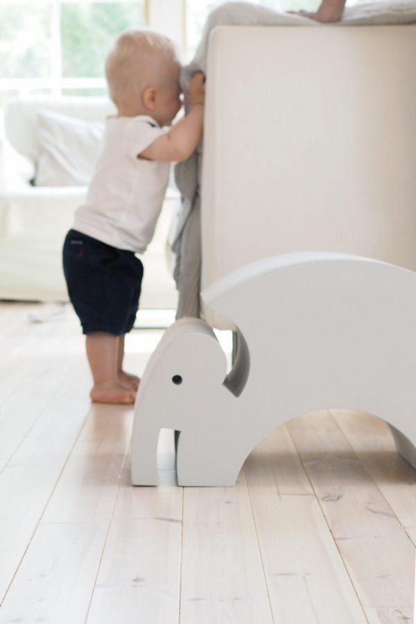 bObles Elefantti vaaleanharmaa marmori. Vaaleansävyiseen kotiin kauniisti sopiva vaaleanharmaa marmorikuvioitu Norsu näyttää hyvältä myös olohuoneen puolella. bOblesit ovat uudenlaisia liikunnalliseen arkeen kannustavia leikkihuonekaluja kaikenikäisille lapsille. Lapset rakastavat näitä hauskoja otuksia ja temppuilevat niiden päällä mielellään. bObles leikkihuonekaluista saa temppuradan olohuoneeseen ja lapsilla on lupa temmeltää!bOblesit eivät jätä jälkiä tai kolhuja lattiaan vauhdikkaammassakaan leikissä. Temppuhuonekalujen materiaali on joustavaa ja bOblesit ovat kevyitä, joten lapset jaksavat pinota ja siirrellä niitä vaivatta.