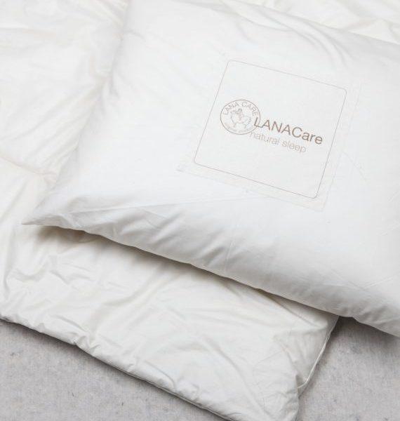 LANACare aikuisten luomuvillatyyny. Tämä melko matala ja niskalle ystävällinen tyyny on täytetty puhtaalla luomulaatuisella, pöyheällä merinovillalla. Vietät kolmanneksen päivästäsi nukkuen ja siksi on terveydelle hyvin tärkeää, että nukkumisympäristö ja kaikki sängyn materiaalit ovat mahdollisimman puhtaita, luonnollisia ja terveellisiä.