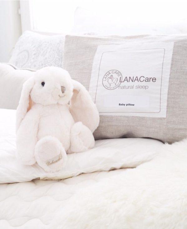 LANACare luomuvillatyyny vauvalle. Tämä vastasyntyneelle sopiva matala tyyny on täytetty puhtaalla luomulaatuisella merinovillalla. Pienet vauvat nukkuvat paljon ja siksi on vauvan terveydelle tärkeää, että nukkumisympäristö ja kaikki vauvan sängyn materiaalit ovat mahdollisimman puhtaita, luonnollisia ja terveellisiä. Tutkimusten mukaan merinovillan ympäröimänä nukkuvat vauvat nukkuvat rauhallisempia ja pidempiä pätkiä, syövät ja kasvavat hyvin. Lämpö on vauvalle tärkeää. Merinovilla lämmittää ja tyynnyttää vauvaa.