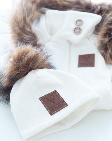Line Biagio valkoinen fleecehaalari. Italialais-norjalaisen suunnittelijan oman malliston upea valkoinen fleecehaalari, jonka hupussa kaunis tekoturkisreunus.Tämä suloinen haalari on vilkkunut monen kaunottaren instagramissa tänä vuonna, vihdoinkin se on saatavilla myös Suomesta! Haalarin hihansuissa ja lahkeissa on resorit, jotka antavat haalarille mukavasti lisää käyttöikää. Haalarin kaulus on korkea ja suojaa hyvin lapsen kaulaa edestä. Kauluksessa on nappikiinnitys, haalarissa vetoketju edessä.