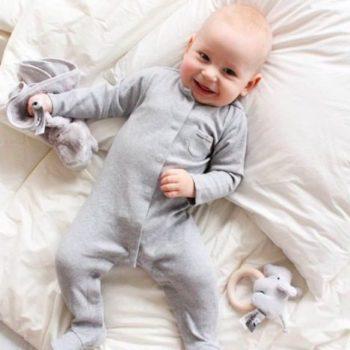 Tämä vastasyntyneelle sopiva kevyt ja ilmava vauvanpeitto on täytetty puhtaalla luomulaatuisella merinovillalla. Pienet vauvat nukkuvat paljon ja siksi on vauvan terveydelle tärkeää, että nukkumisympäristö ja kaikki vauvan sängyn materiaalit ovat mahdollisimman puhtaita, luonnollisia ja terveellisiä. Tutkimusten mukaan merinovillan ympäröimänä nukkuvat vauvat nukkuvat rauhallisempia ja pidempiä pätkiä, syövät ja kasvavat hyvin. Lämpö on vauvalle tärkeää. Merinovilla lämmittää ja tyynnyttää vauvaa.