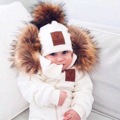 Line Biagio valkoinen tupsupipo Italialais-norjalaisen suunnittelijan oman malliston upea valkoinen lastenpipo tekoturkistupsulla. Tämä suloinen pipo on vilkkunut monen kaunottaren instagramissa tänä vuonna, vihdoinkin se on saatavilla myös Suomesta!