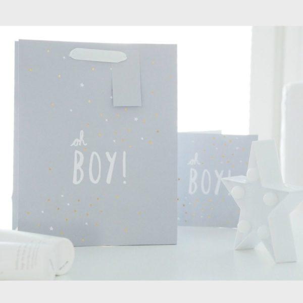 """Mamas&Papas vaaleanharmaa lahjakassi Oh Boy! Tähän tyylikkääseen lahjakassiin kätket ihanat lahjat pienelle pojalle helposti, mutta kauniisti! Lahjakassissa on vaaleanharmaa mattapinta, jossa valkoisella teksti """"Oh Boy!"""". Lahjakassia koristavat pienet kultaiset ja valkoiset tähdet. Kassiin löytyy myös yhteensopiva kortti."""