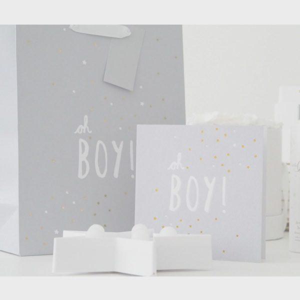 """Mamas&Papas vauvakortti Oh Boy!Ihana mattapintainen vaaleanharmaa vauvakortti, jossa valkoinen """"Oh Boy!"""" -teksti. Tekstin ympärillä on valkoisia ja kultaisia pikkutähtiä. Sisäpuolelta kortti on valkoinen ja tekstitön. Korttiin löytyy myös yhteensopiva lahjakassi."""