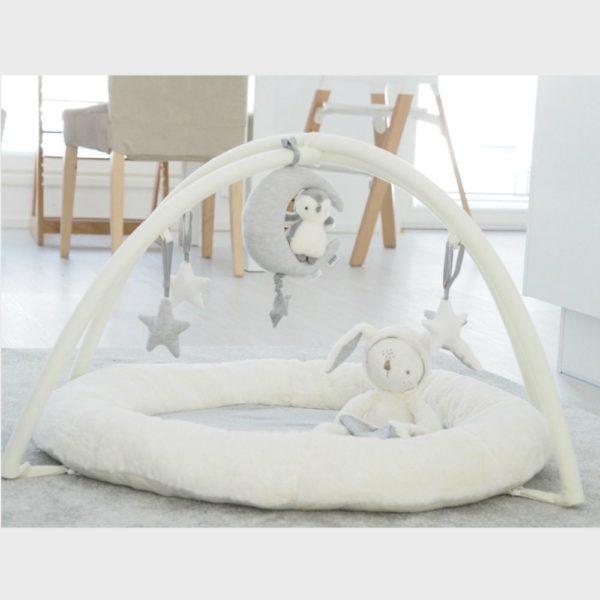 Mamas&Papas Penguin & Moon soittorasia. Tämä vaaleanharmaa suloinen pikkupingviini istuu kuun päällä ja tähdestä vetämällä alkaa kaunis sävelmä soida pehmeässä soittorasiassa. Tyylikkäästi vaaleansävyinen soittorasia viimeistelee vauvan kehdon tai pinnasängyn ja tuudittaa vauvan rauhallisesti unten maille. Pupusoittorasia kiinnittää vauvan huomion myös vaipanvaihdon aikana, joten voit kiinnittää sen hoitotason yläpuolellekin.