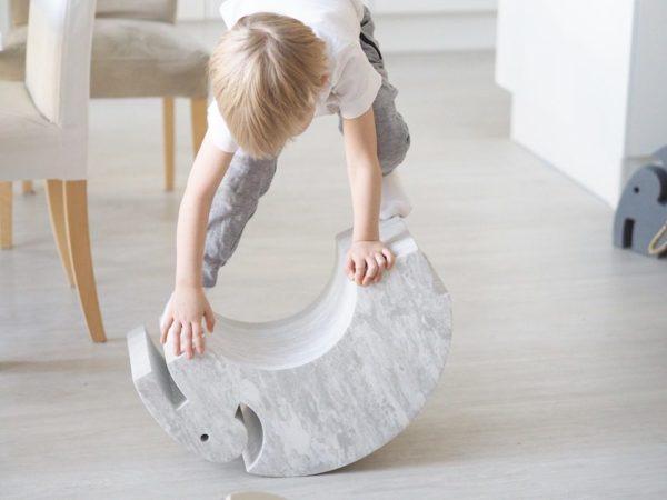 bOblesit ovat uudenlaisia liikunnalliseen arkeen kannustavia leikkihuonekaluja kaikenikäisille lapsille. Lapset rakastavat näitä hauskoja otuksia ja temppuilevat niiden päällä mielellään. Elefantin selästä on hauska hyppiä alas ja kiivetä taas ylös. Kun Elefantin kääntää, saa siitä tasapainoa haastavan keinun. Isommat lapset harjoittelevat keinumaan Elefantilla seisten -se on hurja temppu aikuisellekin, kokeile vaikka itse! Tämä tasapainoilu vahvistaa keskivartaloa ja nilkkoja sekä aktivoi jalkapohjan pieniä lihaksia tehokkaasti.