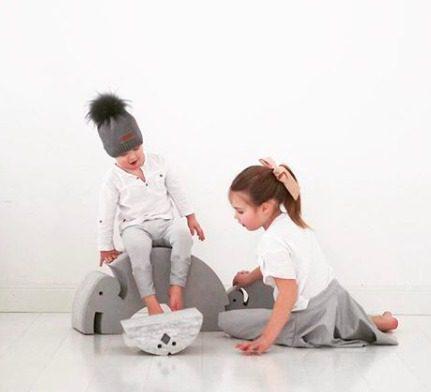 bObles Elefantti harmaa, kehittää lapsen motoriikkaa. bOblesit ovat uudenlaisia liikunnalliseen arkeen kannustavia leikkihuonekaluja kaikenikäisille lapsille. Lapset rakastavat näitä hauskoja otuksia ja temppuilevat niiden päällä mielellään. Elefantin selästä on hauska hyppiä alas ja kiivetä taas ylös. Kun Elefantin kääntää, saa siitä tasapainoa haastavan keinun. Isommat lapset harjoittelevat keinumaan Elefantilla seisten -se on hurja temppu aikuisellekin, kokeile vaikka itse!