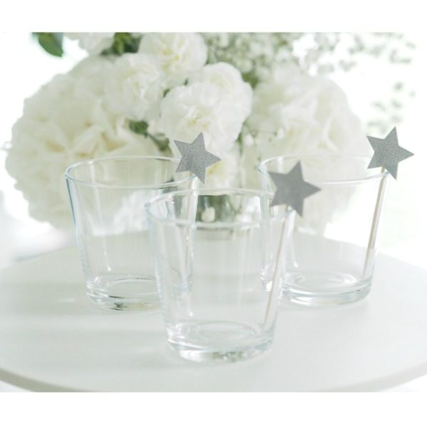 Party tikut kimmeltävät tähdet Nämä tähdenmuotoiset coctailtikut ovat kaunis pieni yksityiskohta cup cake -leivosten päälle, jätskiannoksiin tai muihin juhlapöydän pieniin tarjottaviin. Tähtiä voi käyttää myös kakun koristelussa.