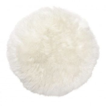 Skinnwille Gently istuinpehmuste, luonnonvalkoinen. Skinnwillen aidoista taljoista valmistettu Gently-istuinpehmuste on kauniin luonnonvalkoinen ja villa on keskipitkää. Gently -pehmusteet ovat myös ihanan muhkeita! Istuinpehmustetta voi käyttää tuolin päällä, lukunurkkauksessa, tiipii-teltassa, keinuhevosen päällä tai rattaissa. Lapset rakastavat lämpöä ja rattaissa taljapehmuste lämmittää mukavasti ulkoilulenkin aikana.