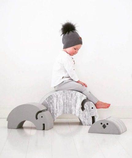 bObles Elefantti vaaleanharmaa marmori. Tyylikäs uusi väri vanhasta suosikista! Vaaleansävyiseen kotiin kauniisti sopiva vaaleanharmaa marmorikuvioitu Norsu näyttää hyvältä myös olohuoneen puolella. bOblesit ovat uudenlaisia liikunnalliseen arkeen kannustavia leikkihuonekaluja kaikenikäisille lapsille. Lapset rakastavat näitä hauskoja otuksia ja temppuilevat niiden päällä mielellään. bObles leikkihuonekaluista saa temppuradan olohuoneeseen ja lapsilla on lupa temmeltää!bOblesit eivät jätä jälkiä tai kolhuja lattiaan vauhdikkaammassakaan leikissä. Temppuhuonekalujen materiaali on joustavaa ja bOblesit ovat kevyitä, joten lapset jaksavat pinota ja siirrellä niitä vaivatta.
