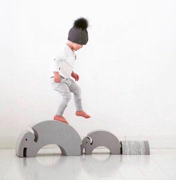 bObles Elefantit harmaa. bOblesit ovat uudenlaisia liikunnalliseen arkeen kannustavia leikkihuonekaluja kaikenikäisille lapsille. Lapset rakastavat näitä hauskoja otuksia ja temppuilevat niiden päällä mielellään. Elefantin selästä on hauska hyppiä alas ja kiivetä taas ylös. Kun Elefantin kääntää, saa siitä tasapainoa haastavan keinun. Isommat lapset harjoittelevat keinumaan Elefantilla seisten -se on hurja temppu aikuisellekin, kokeile vaikka itse!