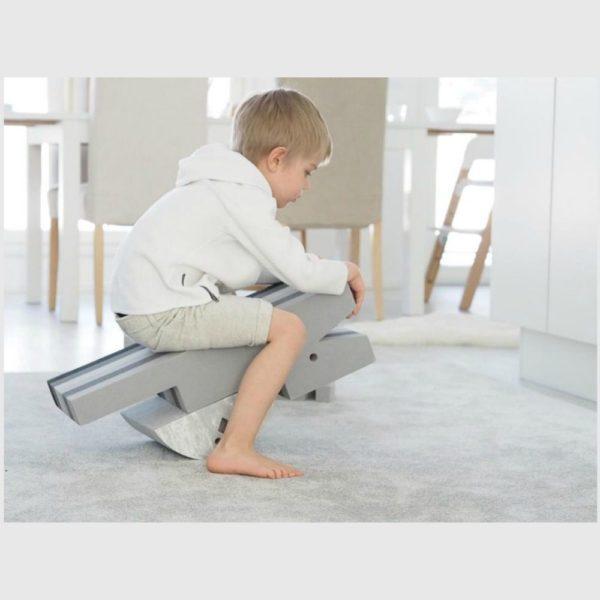 Tyylikäs uusi väri! Vaaleansävyiseen kotiin kauniisti sopiva vaaleanharmaa marmorikuvioitu Kana näyttää hyvältä myös olohuoneen puolella. bOblesit ovat uudenlaisia liikunnallisuuteen kannustavia leikkihuonekaluja kaikenikäisille lapsille. Lapset rakastavat näitä hauskoja otuksia ja temppuilevat niiden päällä mielellään. bObles Kanan leikkimahdollisuuden ovat rajattomat. Vauva voi maata vatsallaan sen päällä, jolloin niska ja selkä vahvistuvat. Vähän isompi lapsi taas voi levittää kädet siiviksi ja lentää kaarrellen sivulta sivulle. Keinuva Kana on hauska myös vanhemmille lapsille ja aikuisille. Sen päällä voi tasapainoilla seisten yhdellä jalalla. Kana rakastaa leikkimistä ja haastaa tasapainoaistisi, olitpa minkä ikäinen tahansa.