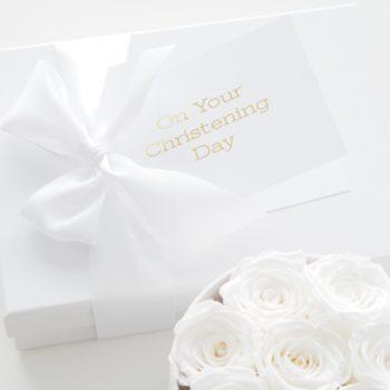 """Tyylikäs mattapintainen valkoinen kortti, jossa kultainen teksti """"On Your Christening Day"""". Sisäpuolelle voit kirjoittaa tervehdyksesi. Tämä kortti on kaunis sujauttaa lahjapaketin päälle, näin se viimeistelee lahjasi upeasti. Painettu Suomessa."""