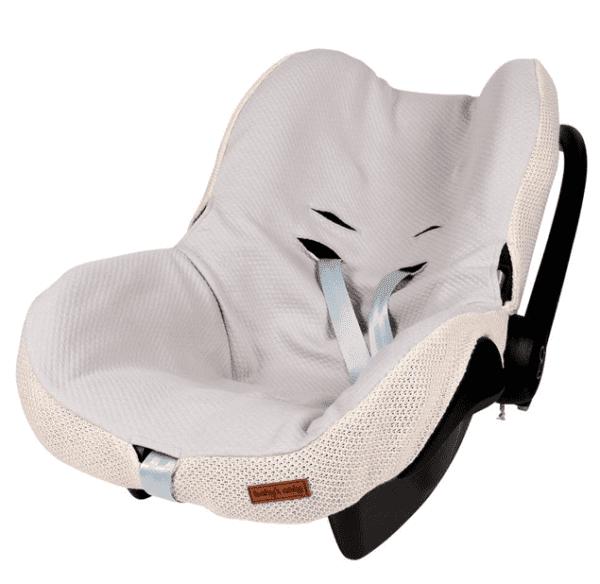 Silkkisen sileä ja pehmeä turvakaukalon päällinen tekee vauvan matkustamisesta miellyttävää. Kangas tuntuu mukavalta eikä hiosta kuten turvakaukalon omat kankaat usein tekevät. Päällinen on helppo tapa uudistaa turvakaukalon ilmettä ja konepesumahdollisuus ilahduttaa pulautusvahingon sattuessa.