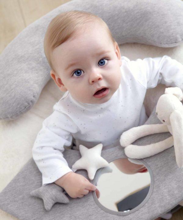 Mamas&Papas Sit & Play Grey puuhakeskus vauvalle Muhkea ja pehmoinen puuhakeskus tarjoaa viihdyttävän leikkipaikan vauvallesi. Puuhakeskuksen pehmoinen selkätuki suojaa vauvaa kaatumasta taaksepäin kovalle lattialle. Edessä oleva tarjotin kiehtoo vauvaa -keskellä on peili, sivuilla irroitettava helisevä pikkupupu ja lenksulla kiinni oleva tähtihelistin. Tarjottimelle voit koota vauvan lempileluja tutkittavaksi. Näin vauva viihtyy hetken itsekseen, kun kokkailet ruokaa tai hoidat muita päivän pakollisia askareita! Puuhakeskus on helppo siirtää sinne, missä sitä kulloinkin tarvitaan. Rauhallinen, vaaleansävyinen värimaailma tekee tästä puuhakeskuksesta myös moneen sisustukseen kauniisti sopivan!