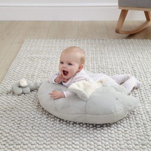 Mamas&Papas Elephant & Baby Activity Rug & Rattle. Muhkea ja superpehmoinen Elefantti vatsatyyny auttaa vauvaa harjoittelemaan mahallaan oloa. Ihan pienenkin vauvan pitäisi saada olla mahallaan päivittäin pieniä hetkiä, jotta lihakset vahvistuvat ja vauvan liikunnalliset taidot pääsevät kehittymään. Vatsatyyny on niin pehmeä, ettei se paina vauvan vatsaa, mutta auttaa vauvaa pitämään paremman asennon. Vatsatyynyn eteen kannattaa laittaa esille vauvan lempileluja, jotta pienille käsille on mieluista puuhaa ja masuaika kuluu kuin huomaamatta! Vaaleanharmaan norsun hännän jatkona on pieni ja kevyt elefanttihelistin, josta pienikin vauva saa hyvän otteen. Rauhallinen, vaaleansävyinen värimaailma tekee tästä vatsatyynystä myös moneen sisustukseen kauniisti sopivan!