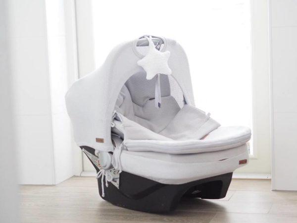 Turvakaukalon kuomun avulla saat vauvan suojaan ympäristön hälyltä, liialliselta auringon paahteelta, pieneltä sateelta ja tuulelta. Baby's Only kuomu tekee turvakaukalosta rauhallisemman pienelle vauvalle ja tämä kuomu onkin peittävämpi kuin useimpien turvakaukalomerkkien omat kuomut. Baby's Only turvakaukalon kuomu saadaan kiinnitettyä kaukaloon helposti pingottamalla se turvakaukalon päätyosan ja kantokahvan päälle sekä pujottamalla kantokahvan juuresta kuminauhalenkit. Kuomussa on reikä kantokahvan kohdalla, joten kaukaloa on helppo kantaa. Kuomu on samaa sävyä kuin Baby's Onlyn vaaleanharmaa, sileää neulosta oleva lämpöpussi. Silkkisen sileä ja pehmeä turvakaukalon päällinen tekee vauvan matkustamisesta miellyttävää. Kangas tuntuu mukavalta eikä hiosta kuten turvakaukalon omat kankaat usein tekevät. Päällinen on helppo tapa uudistaa turvakaukalon ilmettä ja konepesumahdollisuus ilahduttaa pulautusvahingon sattuessa.