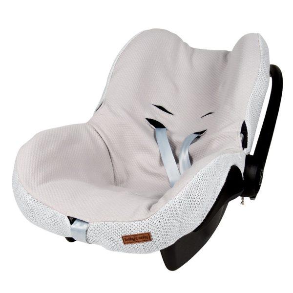 Baby's Onlyn silkkisen sileä ja pehmeä turvakaukalon päällinen tekee vauvan matkustamisesta miellyttävää. Kangas tuntuu mukavalta eikä hiosta kuten turvakaukalon omat kankaat usein tekevät. Päällinen on helppo tapa uudistaa turvakaukalon ilmettä ja konepesumahdollisuus ilahduttaa pulautusvahingon sattuessa.