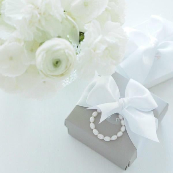 Gaura Pearls Kastehelminauha tytölle, 35 cm. Jos haluat lahjoittaa pienen tytön ristiäispäivänä tai 1-vuotissyntymäpäivänä jotakin ajatonta ja klassista, tämä on oikea valinta. Tyylikäs helminauha on lahja, joka kulkee lapsen mukana läpi elämän. Aidot helmet säilyttävät arvonsa ja ovat aina tyylikkäät. Gaura Pearlsin kastehelmissä on huomioitu pitkä käyttöikä -helminauhan mukana tulee jatkopala, jonka avulla helmiä voi käyttää lapsen kasvaessa. 30cm pituinen helminauha sopii jatkopalan kanssa käytettäväksi koko lapsuuden ja nuoruuden, joillekin korun pituus riittää myös aikuisena. Jos haluat, että tyttö voi varmasti käyttää korua myös aikuisena, parempi valinta on 35 cm helminauha, josta saadaan jatkopalan kanssa täyspitkä helmikaulakoru.