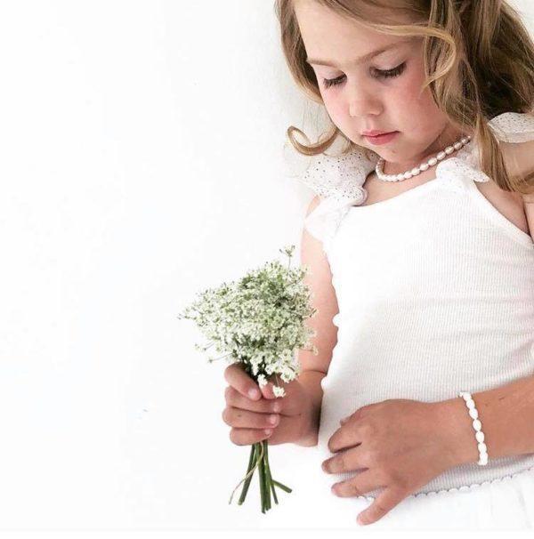 """""""Sain oman helminauhani lahjaksi kaukana asuvalta mutta rakkaalta kummitädiltäni kastepäivänäni. Koru näkyy 1 ja 2 -vuotiskuvissani ja vanhempani pukivat helminauhan minulle moniin juhliin lapsuuteni varrella. Viime vuonna menin naimisiin tämä sama valkoinen koru kaulassani. Helminauhallani on minulle mittaamaton tunnearvo."""" -Maria 32v. Jos haluat lahjoittaa pienen tytön ristiäispäivänä tai 1-vuotissyntymäpäivänä jotakin ajatonta ja klassista, tämä on oikea valinta. Tyylikäs helminauha on lahja, joka kulkee lapsen mukana läpi elämän. Aidot helmet säilyttävät arvonsa ja ovat aina tyylikkäät."""