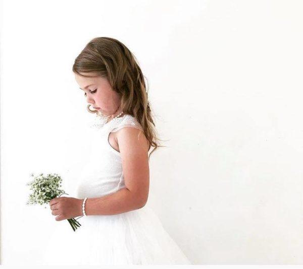 Jos haluat lahjoittaa pienen tytön ristiäispäivänä tai syntymäpäivänä jotakin ajatonta ja klassista, tämä on oikea valinta. Tyylikäs helminauha on lahja, joka kulkee lapsen mukana läpi elämän. Aidot helmet säilyttävät arvonsa ja ovat aina tyylikkäät.