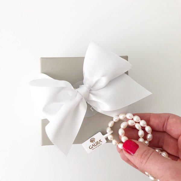 Gaura Pearls Kastehelminauha tytölle. Jos haluat lahjoittaa pienen tytön ristiäispäivänä tai 1-vuotissyntymäpäivänä jotakin ajatonta ja klassista, tämä on oikea valinta. Tyylikäs helminauha on lahja, joka kulkee lapsen mukana läpi elämän. Aidot helmet säilyttävät arvonsa ja ovat aina tyylikkäät. Gaura Pearlsin kastehelmissä on huomioitu pitkä käyttöikä -helminauhan mukana tulee jatkopala, jonka avulla helmiä voi käyttää aikuisenakin. Gaura Pearls Designhelmet edustavat laadukasta käsityötä ja kaunista viimeistelyä. Helmikorut on aina valmistettu aidoista viljellyistä makeanvedenhelmistä sekä korkealaatuisesta allergiatestatusta rhodinoidusta 925 hopeasta.