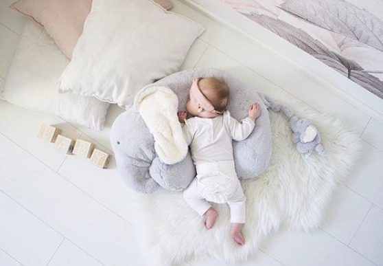 Mamas&Papas Elephant & Baby Activity Rug & Rattle Muhkea ja superpehmoinen Elefantti vatsatyyny auttaa vauvaa harjoittelemaan mahallaan oloa. Ihan pienenkin vauvan pitäisi saada olla mahallaan päivittäin pieniä hetkiä, jotta lihakset vahvistuvat ja vauvan liikunnalliset taidot pääsevät kehittymään. Vatsatyyny on niin pehmeä, ettei se paina vauvan vatsaa, mutta auttaa vauvaa pitämään paremman asennon. Vatsatyynyn eteen kannattaa laittaa esille vauvan lempileluja, jotta pienille käsille on mieluista puuhaa ja masuaika kuluu kuin huomaamatta!