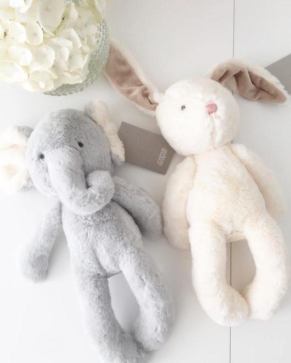 Mamas&Papas iso pehmolelu Elefantti Supersuloinen norsu sopii leluksi ja unikaveriksi vastasyntyneestä lähtien. Vauvat rakastavat elefantin pitkiä jalkoja ja lelusta saa hyvän haliotteen. Tämä silkkisen sileä elefantti on ihana myös lastenhuoneen sisustukseen ja se pysyy hyvin istuma-asennossa esimerkiksi hyllyn reunalla! Samasta sarjasta löytyy lisäksi pehmeä pupu. Nämä kaverukset näyttävät ihanalta myös vierekkäin!