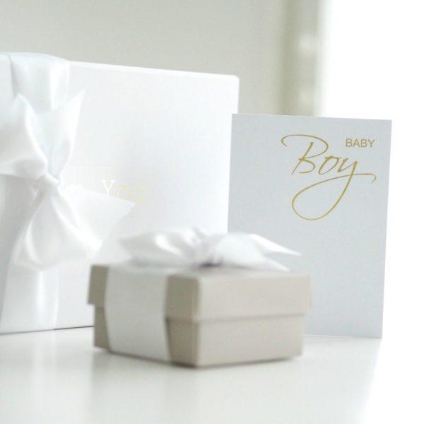 """PikkuVanilja valkoinen kortti vauvalle Tyylikäs mattapintainen valkoinen kortti, jossa kultaisella teksti """"Baby Girl"""" tai """"Baby Boy"""". Sisäpuolelle voit kirjoittaa tervehdyksesi. Tämä kortti on kaunis sujauttaa lahjapaketin päälle, näin se viimeistelee lahjasi upeasti."""