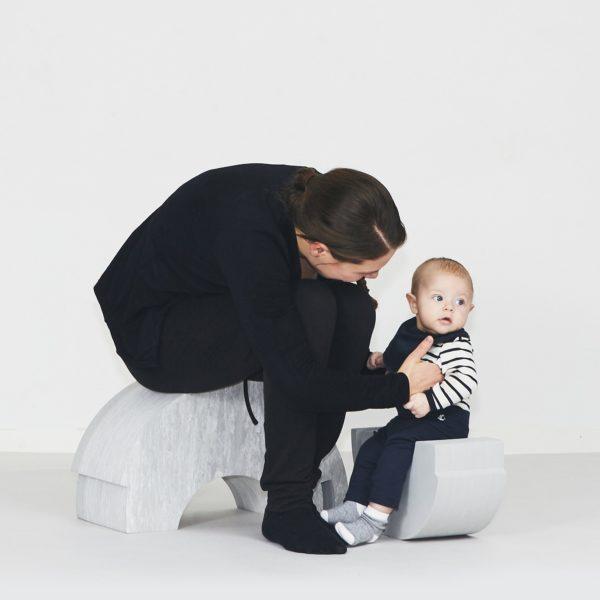 bOblesit kehittävät lapsen mielikuvitusta, tasapainoa, motoriikkaa ja rohkeutta! Luova leikki aktivoi ja kehittää lasta! Lapselle on suurta hyötyä siitä, että hän saa olla liikunnallisesti aktiivinen ja käyttää omaa kehoaan. Liikkuminen ja kehon tuntemus lisäävät itseluottamusta ja oppimiskykyä. bObles haluaa tukea tätä ja suunnittelee siksi monikäyttöisiä huonekaluja, joilla lapset haluavat leikkiä ja jotka vanhemmat haluavat olohuoneisiinsa. bObles-huonekalut valmistetaan myrkyttömästä, helposti puhdistettavasta EVA-vaahtokumista.