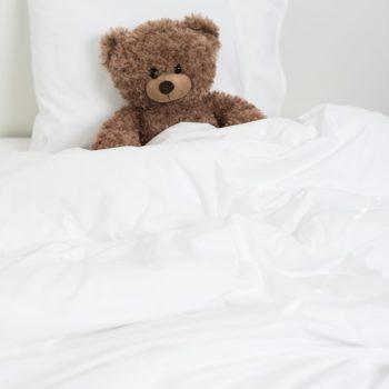 Luin Living Sanctuary pussilakanasetti vauvalle, valkoinen Suloisen pehmeitä unia perheen pienimmille! Vauvat tarvitsevat paljon unta ja ansaitsevat herkälle iholleen vain parasta. Tarkoin valittu puuvilla, ohuen ohut hieno lanka ja tiheä perkaalikudonta tekevät materiaalista pehmeän ja silti miellyttävän vilpoisan ja hengittävän hellien vauvan yöunta. Sanctuary-lakanat vain paranevat pesu pesulta ja niillä on korkein mahdollinen Ökotex-sertifikaatti, mikä takaa, ettei valmistuksessa ole käytetty ihmisille tai ympäristölle vaarallisia aineita. Ihana lahjaidea vastasyntyneelle, kun laatu ratkaisee ja harmoninen värimaailma miellyttää silmää.