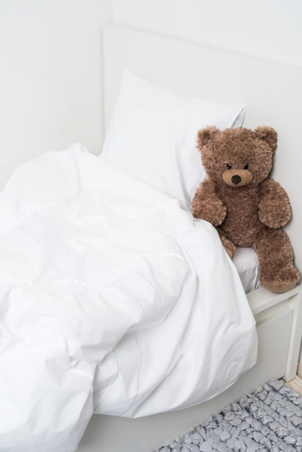 Luin Living Sanctuary lasten pussilakanasetti, valkoinen Kasvava lapsi ansaitsee hemmottelevan pehmeät unet! Tarkoin valittu puuvilla, ohuen ohut hieno lanka ja tiheä perkaalikudonta tekevät materiaalista pehmeän ja silti miellyttävän vilpoisan ja hengittävän hellien vauvan yöunta. Sanctuary-lakanat vain paranevat pesu pesulta ja niillä on korkein mahdollinen Ökotex-sertifikaatti, mikä takaa, ettei valmistuksessa ole käytetty ihmisille tai ympäristölle vaarallisia aineita. Ihana lahjaidea vastasyntyneelle, kun laatu ratkaisee ja harmoninen värimaailma miellyttää silmää.