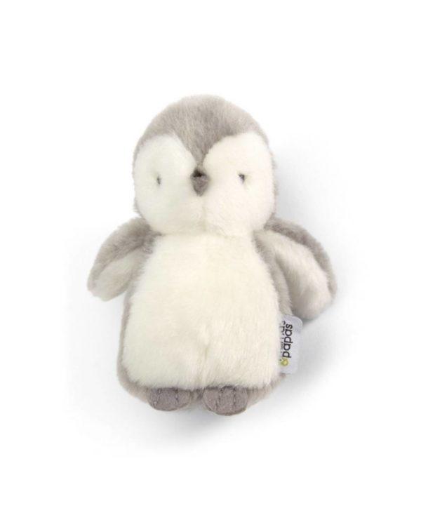 Mamas&Papas pikkupingviini pehmolelu Vaaleanharmaalla suloisella pingviinillä on valkoinen maha ja kasvot. Ihana pieni pingviini on hellyyttävä näky lasten leikeissä ja osana lastenhuoneen sisustusta! Pingviini pysyy pystyssä helposti.