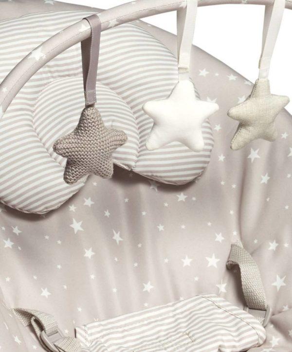 Mamas&Papas Scattered Stars sitteri Uusin versio Capella Stars -sitteristä on vihdoinkin täällä! Capella -sitteri on täydellinen leikkimiseen ja pienille päiväunille, vauvat todella rakastavat sitä. Vauvan saa sitteriin mukavaan ja ergonomiseen asentoon vastasyntyneestä lähtien. Sitteriä on keveytensä ansiosta helppo siirrellä huoneesta toiseen, vaikka vauva olisi nukahtanut siihen. Sitterissä on värinätoiminto joka rauhoittaa, kun vauva on levoton tai kärsii vatsavaivoista. Värisevä sitteri onkin monessa perheessä ollut vauva-arjen pelastus! Capella Stars -sitteri reagoi vauvan omiin pieniin liikkeisiin hytkymällä, mikä kehittää vauvan aisteja. Hytkymisominaisuuden vuoksi vauvaa on myös helppo tuudittaa sitterissä.