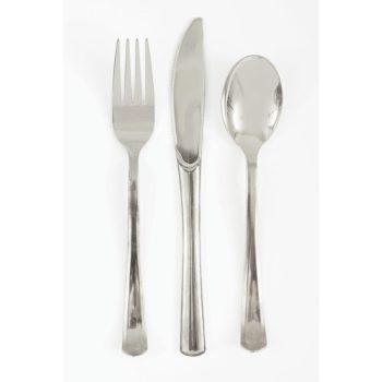 Kiiltävän hopeiset muoviset aterimet Kiiltäväpintaiset uudelleenkäytettävät aterimet kauniisti hopeansävyisenä. Kiiltävät aterimet tuovat kattaukseen tyylikkään loppusilauksen!